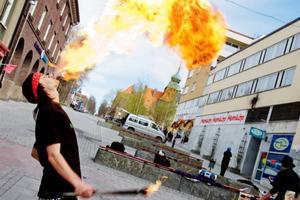 Anders Hagman leker gärna med elden. Förutom eldkonst innehåller Burning ambition också bland annat livemusik, dans och teater.