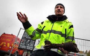 Fortifikationsverkets Patrik Blomander visar en 12 centimeters övnings-grk som detonerat. Hade laddningen varit skarp hade granaten exploderat i minst 10 000 delar. Foto: Staffan Björklund
