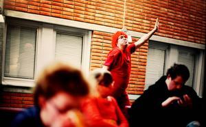 I vintras följde Anton Enerlöv Teater Barda under både repetitioner och föreställningar och resultatet har nu blivit en utställning på Urbn Arts.