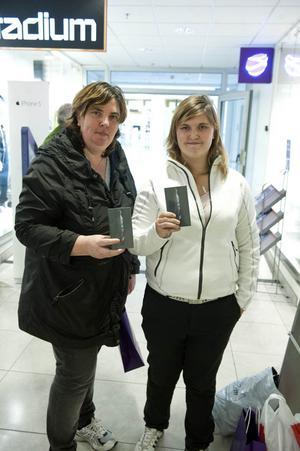 Mor och dotter, Elisabet och Jenny Moen, hade köat i cirka två timmar för att få tag i en egen Iphone 5.