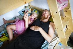 Kenneth Öhlin med dottern Amanda Grönfelt Öhlin. Till skillnad från många andra pappor, ska han vara pappaledig under årets kallaste månader. Under sängbrädorna till sängen ovanför finns vad han kallar