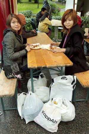 Kul, tyckte Polly Danny och Wah Sein från Ljusdal om marknaden. De passade på att shoppa och ta en matbit.