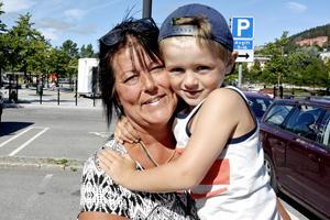 – Det är dåligt. Polisen behövs, eftersom det är många som kör både onyktra och drogpåverkade, säger Monica Söderberg, 45 år, butiksbiträde, Nacksta, här tillsammans med Alvin.