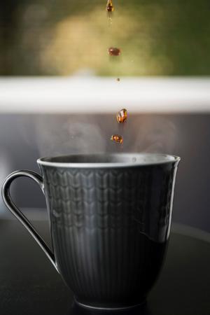 Stefan dricker gärna kaffe i sin grå favoritkopp. Inte minst för att den inte ser solkig ut så lätt.