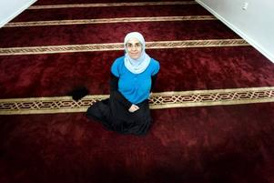 suzan hindi. På den vinröda mattan i kvinnornas bönerum sitter Suzan Hindi. Hon blev religiös 1994 och har följt Gävle sunnimuslimer från trånga lokaler på nordost till i dag.