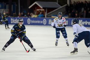Falu BS Axel Jansson på väg framåt. Sekunder senare står det 2–0.