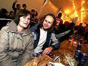 Karin Källberg och Oscar Mattsson från Stockholm passade på att äta en bit mat före matchen. - Det här var jättetrevligt. Jag tror inte det blir mer fylla här än på vipläktaren. Och det är ju mycket vakter. Skulle någon bli för full så får de ju inte komma in på matchen.