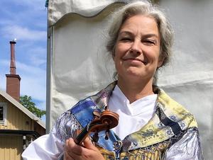 Riksspelman Carina Normansson, nybliven mottagare av Zornmärket i guld, den mest ärofulla utmärkelse en svensk spelman kan få.