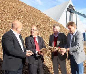 Det var glada miner när planerna på landets största biogasanläggning i Lugnvik presenterades vid Såtabs anläggning i Hissmofors i går. Erik Woode och Jörgen Ejlertsson, Scandinavian Biogas, Per Åsling, Ekonords styrelseordförande, samt Björn Skogh, Norrskogs skogschef, kände på råvaran som ska omvandlas till biogas.Foto: Matsåke Persson