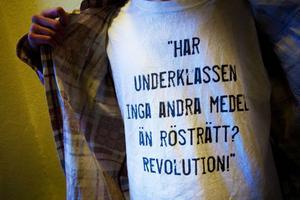 Vad skulle pryda Andreas t-shirt om inte ett tvättäkta Strindberg-citat?