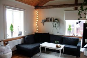 Gammalt och nytt blandas på ett fint sätt hemma hos Therese Fagerhov, som här i vardagsrummet med framtagna gamla bjälkar i taket.