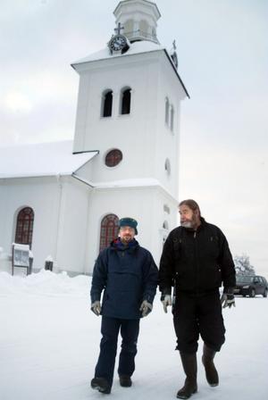 Från vänster vaktmästarna i Haverö Ola Hjortström och Bengt-Göran Jonsson kan bara konstatera att man inte är säker på var avloppsvattnet från kyrkan rinner ut.