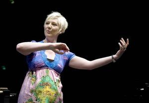 Nytt grepp.                         Flöjtisten Cecilie Løken är en av musikerna som ska leda symfonikerna i en serie konserter utan dirigent.