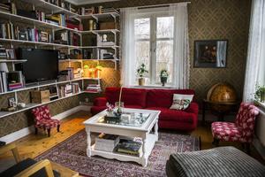 Tapeten i biblioteket kommer från Boråstapeter och tillhör kollektionen Karlslund och mönstret heter Rosenvinge. Den ger en varm känsla till rummet.