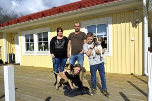 Andrietta, Tomas, Meija och Melvin Ogebrand-Gustafsson förlorade allt i den stora branden i Söråker men nio månader efteråt kunde de flytta in i sitt nya hus.