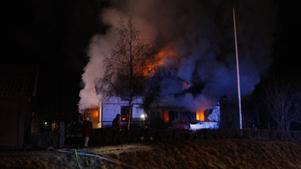 Huset ligger nära väg 66 som är avstängd i samband med räddningsarbetet.