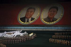 Synkroniserad dans framför porträtten av Kim Il-Sung och Kim Jong-Il.