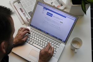 En man har dömts för grovt förtal efter att, i flera inlägg på Facebook, ha anklagat en annan man för sexuella övergrepp mot en närstående. OBS: Genrebild