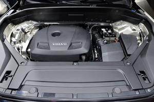 Det finns gott om plats under huven på XC90, men här kommer aldrig annat än kompakta fyrcylindriga motorer att arbeta. Volvo sparar pengar på att bara ha en motorfamilj och kan hävda miljöansvar tack vare lägre förbrukning.   Foto: Anders Wiklund/TT