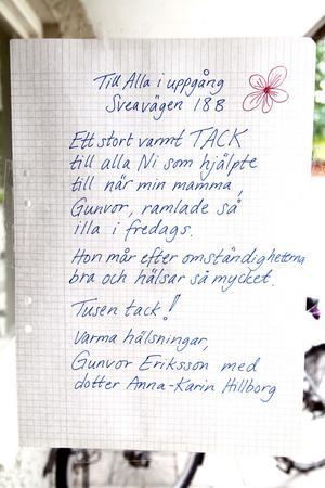 Med den här lappen på entrédörren ville dottern Anna-Karin Hillborg tacka grannarna för deras räddningsaktion.