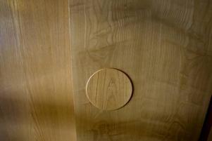 I all enkelhet. Lent trä och dörrknopp med sval skugga.
