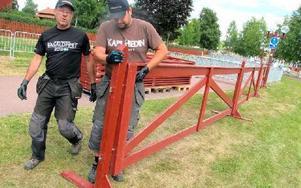 Håkan Östberg och Per Eriksson ställer i ordning staketet inför tävlingen. Foto: Rebecka Ramstedt
