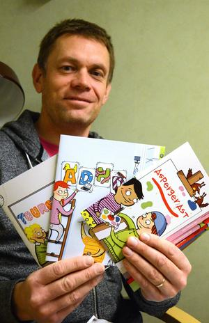 Roger Henningsson visar en del av materialet som Attention delar ut i kampanjen
