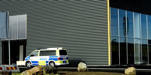 Polis var på tisdagsmorgonen på plats vid Berners nya bilhall i Birsta.