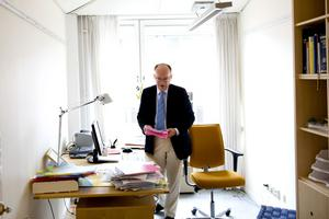 Strömmen av läkare till sjuhusen måste stoppas, menar utredaren Göran Stiernstedt. Med högre status, bättre löner och arbetsvillkor ska de lockas till hälsocentralerna.