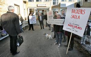 Kommunalrådet Stig Eng (C) möttes av drygt 170 personer som vill behålla Backens skola.