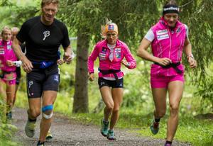 Therese Johaug (i mitten) är stark på försäsongen.