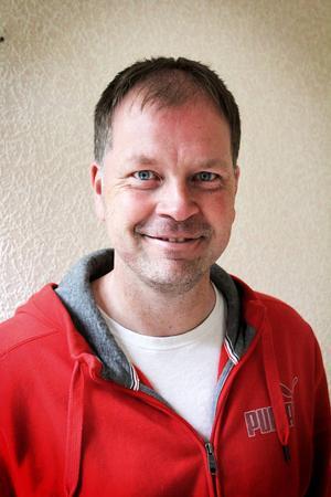Marcus Källström är själv en driver revy- och teaterräv som skriver eget material.