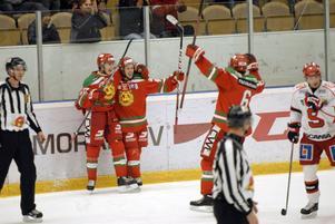 Jonas Westerling (i mitten) jublar över sitt mål mot SSK. Passningsgeniet leder allsvenskans poängliga med sina tre mål och 16 assist. Westerling har visat en ruskigt bra form hela hösten och ändå brukar han vara som bäst på våren.