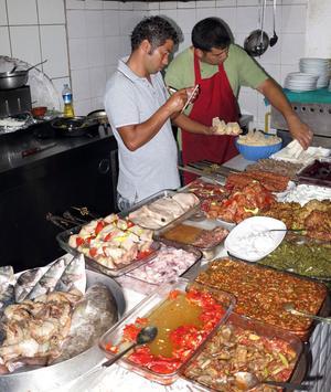 Inne i köket beställer man bäst maten. Färsk fisk är en höjdare. Just här på Aurora i Selimiye blev det färsk svärdfisk.