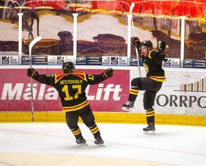 Tvillingarna Pathrik och Ponthus Westerholm firar Brynäs 2–1-mål, som gav nytt säkrat kontrakt och en plats i play in till kvartsfinalspelet.