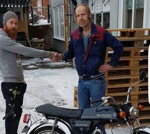 Samuel Lindeberg tog initiativet till insamlingen och kunde lämna över mopeden till en glatt överraskad Ken Lindgren.