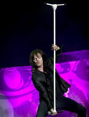 Joey Tempest vet hur man hanterar ett mikrofonstativ.
