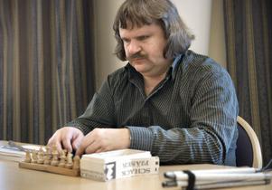 Håkan Thomasson använder sig av punktskrift för att notera sina drag i protokollet.