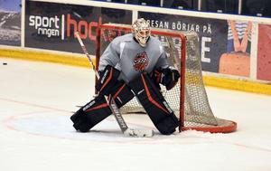 Jonatan Bjurö – med ny, svartröd utrustning – förbereder sig för en säsong som förstemålvakt i Modo Hockey.