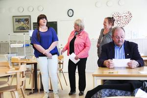Eleven Emma Forsgren, rektor Marit Holmstrand och språkläraren Ann Wessman berättade om Los skola.