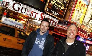 """Times Square – here we are. Martin Stenmarck och Frank Andersson är i New York för att hämta inspiration inför höstens """"Ladies Night""""-turné."""