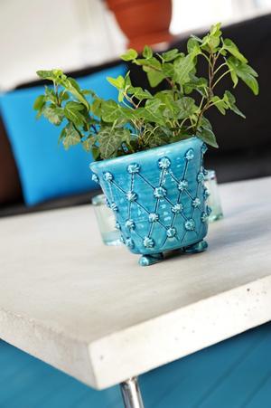 Denna turkosa kruka, som matchar vardagsrumsgolvet väl, har Kajsa själv tillverkat i sin keramikverkstad ...