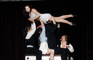 FARTFYLLT. Många elever deltog i numret där de skulle hoppa på en studsmatta över en plint. De körde mängder av variationer.