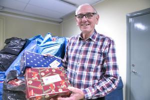 Den som blir en femma fattigare på julskyltningen kan på julafton få öppna ett paket med en klocka värd flera hundralappar, berättar Bengt Ljungkvist.