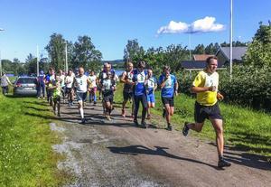 Starten har gått i Borgarloppet i Näsviken och redan efter hundra meter hade slutsegraren Henrik Mattsson ryckt till sig en klar ledning.