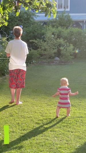 Storebror Simon leker med en boll och lillasyster Tess, ett år, följer ivrigt efter honom. Såå sött tycker jag<3