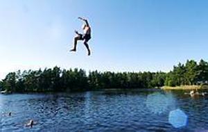 Foto: ANNAKARIN BJÖRNSTRÖM Hoppsan. Harnäsbadet får badgästerna att hoppa högt av glädje. Trots att flera havsbad utan entréavgifter ligger betydligt närmare väljer många gävlebor att åka en dryg mil söderut och betala tio kronor för att bada i en sjö. Ibland tar parkeringsplatserna slut.