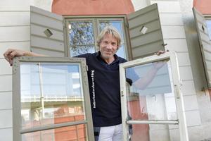 Staffan af Kleen på Kulturhantverkarna i Stockholm med en nyrenoverad fönsterbåge och en gammal skruttig.