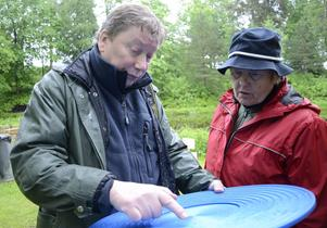 Johnny Hagberg och Solveig Böhn tar sig en närmare titt på vaskpannan.