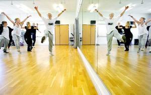 – Nu värmer vi upp, säger Julia Snive till de 20 deltagrna i danskursen. Under fyra hela dagar lär de sig grunderna i street dance, house, jazz och afrikansk dans. Foto: Henrik Flygare